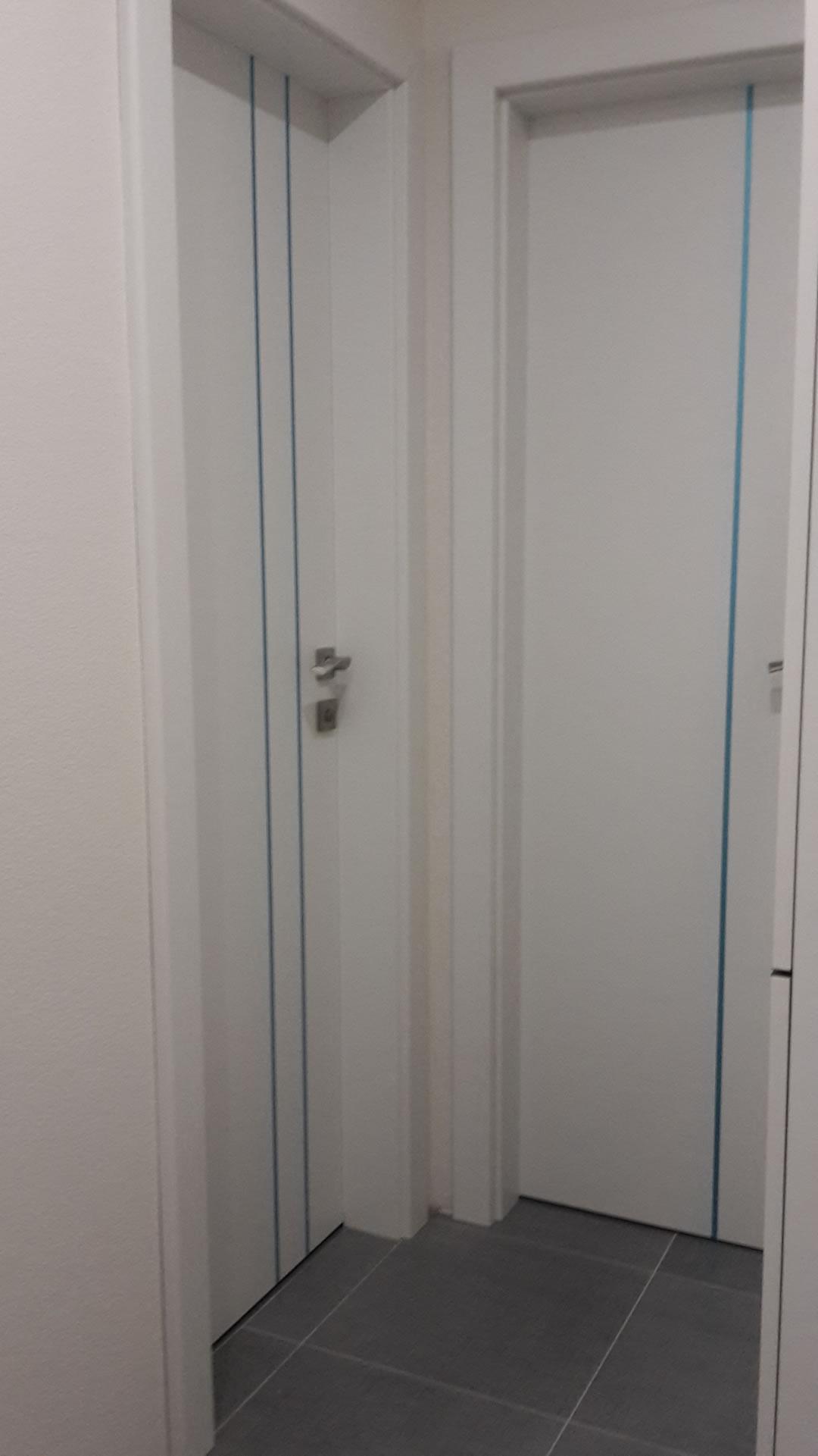 Dvere s nerezovou aplikáciou