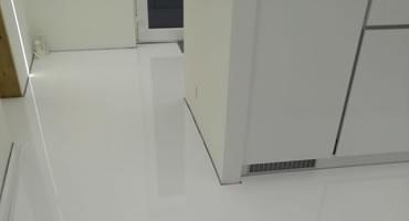 Laminátová podlaha biela lesklá