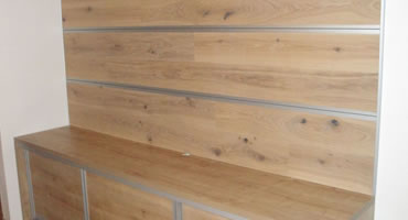 Obklad steny drevenou veľkoplošnou podlahou