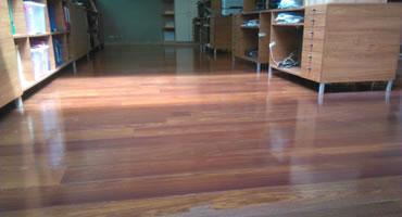 Čistenie drevenej olejovanej podlahy – komerčné priestory BA