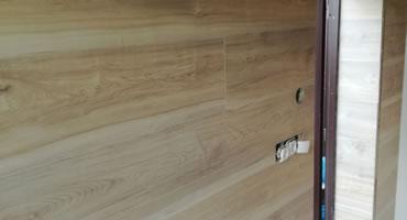Obklad steny laminátovou veľkoformátovou podlahou