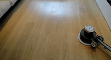 Preolejovanie podlahy bielym olejom