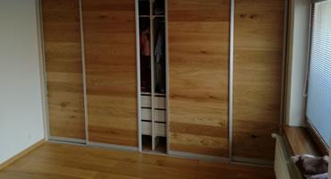 Vstavaná skriňa – výplň dverí drevená parketa