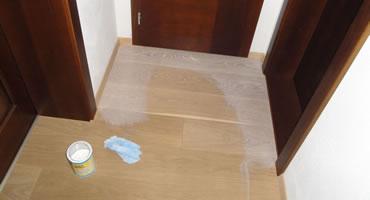 Nanášanie Bona Wax Oil Refresher na bielený olej
