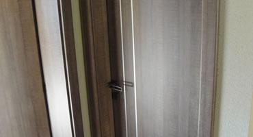 Dvere CPL , aplikácia nerezové pásy typ  A-2, dekór Dub Autentic hnedý H1151 ST10