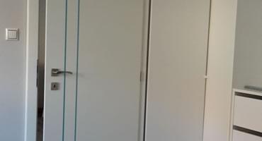 Dvere s nerezovou aplikáciou, farba EGGER Biela premium W1000 ST22