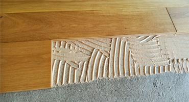 Masívna drevená podlaha – montáž celoplošným lepením
