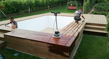 Terasa k vyvýšenému bazénu z dreviny IPE