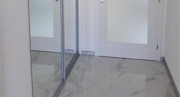 Vstavaná skriňa – dvere zrkadlo strieborné